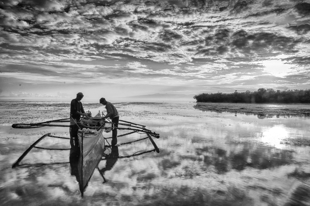 Entry # 46 FISHING FOR A LIVING Photo by: Victor Francis R. Orencia