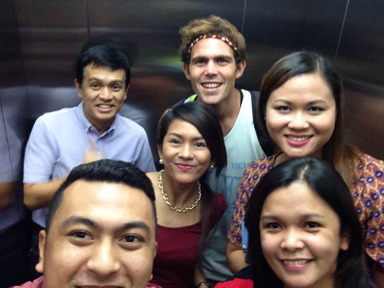 Kulas took a selfie with employees of Primavera Residences, Italpinas' prime green development.